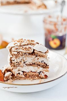 Cinnamon meringue cake with plum jam and walnuts Easy Cake Recipes, Sweet Recipes, Dessert Recipes, Meringue Cake, Pavlova, Cream Cake, Other Recipes, Let Them Eat Cake, Chocolate Recipes