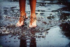 Dicas preciosas para salvar os sapatos molhados de chuva