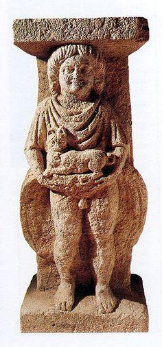 Personnage tenant un chat (détai)l - Époque gallo-romaine, Alise-Sainte-Reine, Musée d'Alise-Sainte-Reine