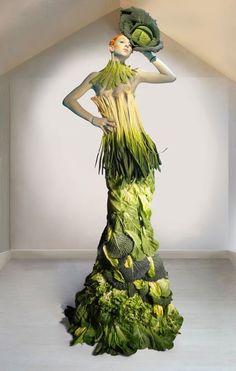 The anti-Gaga vegetable dress! Botanical Fashion, Floral Fashion, Green Fashion, Fashion Art, Fashion Show, Fashion Images, Mode Bizarre, Fashion Fotografie, Creative Food Art