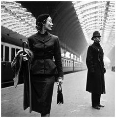 Photo Toni Frissell, Model Lisa Fonssagrives, 1940, central station