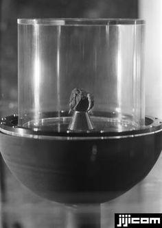 月の石 一般公開を前に報道関係者に披露された米アポ…:昭和の記憶 '60s 写真特集:時事ドットコム