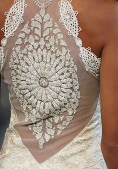 Lindo detalhe rendado das costas! by Claire Pettibone #revistacasare #vestidodecasamento #renda