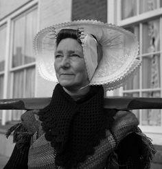 ♥Vrouw uit Arnemuiden in klederdracht, Zeeland (1950-1960)