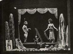 1924 De Bijenkorf  Maskerade, carnaval. Etalage van De Bijenkorf met kostuums voor een bal masqué. De opname is gemaakt zonder kunstlicht.Amsterdam