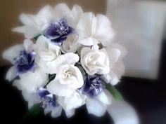 Bouquet bijoux sposa realizzato a mano con fiori di carta crespa, fiori di pasta di mais e cristalli di swarovsky Cold Porcelain Tutorial, Hanukkah, Paper Flowers, Creativity, Bouquet, Wreaths, Plants, Decor, Decoration