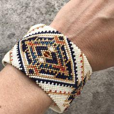 DIY bangle maxi bracelet in circular peyote weaving with Miyuki Delicas glass beads- DIY bangle maxi bracelet in circular peyote weaving with Miyuki Delicas glass beads Source by - Armband Diy, Peyote Bracelet, Beaded Bracelet Patterns, Beading Patterns, Embroidery Bracelets, Embroidery Patterns, Crochet Patterns, Beaded Jewelry Designs, Loom Bracelets
