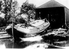 De tewaterlating van de Boeier 'Almeri'. Gebouwd op de werf van Eeltje Holtrop v.d.Zee te Joure en daarmee dus een Jouster boeier. Het was de grootste boeier die hij heeft gebouwd. De Almeri had een lengte van ruim 18 meter. Dutch Barge, Boats, Ship, The Hague, Ships, Boat, Yachts