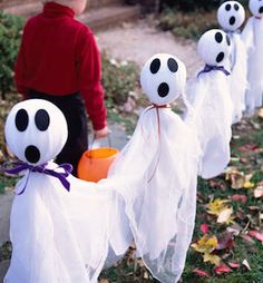 Best 50 DIY Halloween Decorations that will decorate your home for a spooktacular time. Soirée Halloween, Adornos Halloween, Halloween Games For Kids, Dollar Store Halloween, Holidays Halloween, Homemade Halloween, Halloween Clothes, Halloween Tricks, Halloween Wreaths
