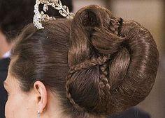 Kungliga uppsättningar och frisyrer har fascinerat i alla tider. Se vilka konstverk hovfrisörerna kan skapa!    Långa hår, korta hår, tofsar och knutar. Här är bilderna som visar hur en...