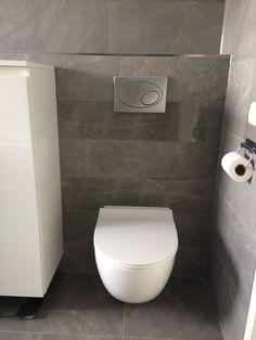 Keramisch marmer stroken in diverse afwerkingen op de achterwand van het toilet (09) Tegelhuys