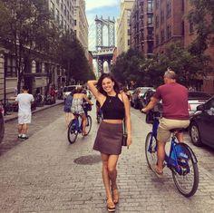 Com pernas e barriga de fora, Isis Valverde posa em NY