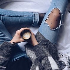 Collants à pois jeans troués #lookdujour #ldj #tights #dots #rippedjeans #denim #outfitinspo #outfitideas #inspiration #style #ootd #regram @wayoutofhere