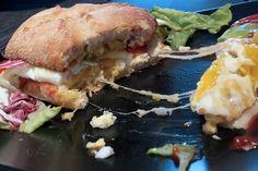 E.L.T. Sandwich  Es wäre ein klassisch amerikanisches Sandwich, doch unser E.L.T. ist ohne Bacon (Speck), dafür mit Käse, viel Tomate, Salat und einem schmackhafte sunny-side-down Spiegelei oben drauf. Bei uns heisst dieses Sandwich E.L.T. für Egg (Ei), Lettuce (Salat) und Tomato (Tomate). Schnell gemacht und super lecker. Side, Salmon Burgers, Sandwiches, Brunch, Chicken, Breakfast, Ethnic Recipes, Food, Tomatoes