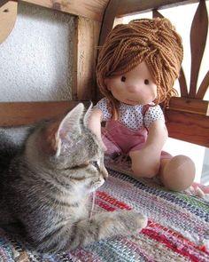 Zsófi and the kitty 🐈#zsófi #kitty#cat#dollsofinstagram#ecofriendly #etsydolls#ecofriendly #poupeewaldorf #puppenwaldorf #wooldoll #withlove #handmade#bemkadolls
