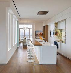 cuisine en longueur blanche avec ilot, bar et coin repas cuisine au fond de la pièce