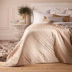 Edredón decorativo y funda de cojín Savoy, de la nueva colección para dormitorio de Zara España.