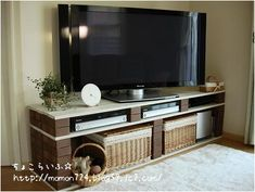 DIY TV stand ideas for your weekend project! Build your own entertainment center on your home using your unused cabinets, old wooden crates, or metal pipe! Muebles Rack Tv, Brick Shelves, Old Tv Stands, Old Wooden Crates, Diy Tv Stand, Tv Furniture, Diy Home Improvement, Creative Home, Simple House