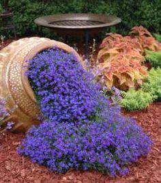 """Leuk zo'n """"omgevallen"""" bloempot waar de bloemen uitstromen! Op zoek naar een terracotta pot en een mooie bloeiende bodembedekker."""
