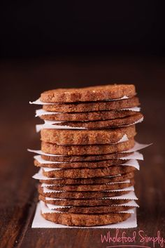 2 ingredienten koekjes Kokos / dadel  Ingredienten  1 cup kokosmeel 10 ontpitte medjool dadels   Werkwijze Verwarmen de oven op 175°C of 350°F.  Doe de twee ingrediënten in de food processor en meng Maak balletjes van het mensgsel Plaat de balletjes op een met bakpapier bedekte bakplaat Druk de balletjes plat met je handpalm  Bak ze bruin in 8 - 10 minuten.  Laat ze afkoelen Geniet ervan !