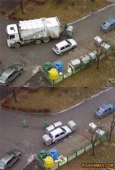 ¿Qué pasa cuando dejas mal aparcado el coche? Pues que llega… ¡La venganza de los basureros!    visto en http://bit.ly/xvxWJf