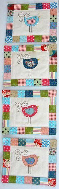 Tapetes de tecido com desenho de passarinhos.