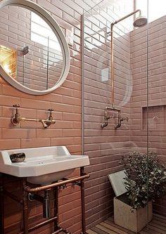 Banheiro idealizado pelo designer Marcelo Rosenbaum, com revestimento Liverpool Flamingo, da Portobello: um tom de nude mais forte