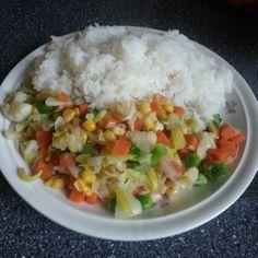 Rýže je paradní sacharid po tréningu. Pokud ji trošku rozvaříte, tak se rychleji tráví a jde do krve. Rozmražená Královská zelenina na másle, porku a česneku dodají vitamíny a vlákninu.