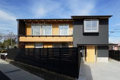 ガルバリウムと木を組み合わせた外観(『岡崎・城南町の家』明るく健康的な二世帯住宅)