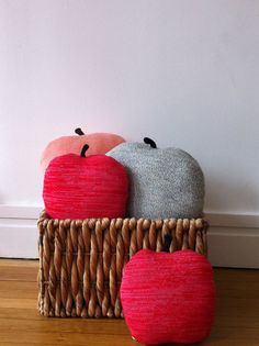 """Paper Plane Home — Coussin """"Apple"""" rouge/rose"""