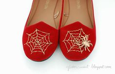 Cool idea- but I'm not sure I'd put a spider on….Charlotte Olympia remake DIY spider web flats Source by Charlottes Web, Shoes Heels, Flats, Holiday Crafts, Holiday Ideas, Diy Accessories, Charlotte Olympia, Refashion, Diy Clothes