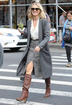 """Streetstyle-Looks: Sogar an ihrem Geburtstag arbeitet Naomi Watts am Set von """"Gypsy"""", und sieht dabei im Rollenoutfit mit grauem Tweed-Rock und Retro-Boots ziemlich stylisch aus."""