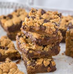 Looking for the best cookie bar recipe ever? These Caramel Chocolate Chip Cookie Bars are layered cookie bars with choc chip cookie on the top and bottom and a smooth caramel centre. Caramel Chocolate Chip Cookies, Chocolate Caramels, Chocolate Chip Recipes, Brownie Recipes, Cookie Recipes, Delicious Desserts, Dessert Recipes, Bar Recipes, Dessert Aux Fruits