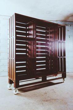 Дизайнерская мебель в Киеве. Стильный коричневый шкаф из поддонов / паллет