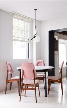 Round table with four blush pink chairs - modern midcentury design inspiration. #interiordesign #modernmidcentury