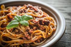 Bolognese- eli jauhelihakastike on helppo tehdä. Bolognese, Pasta Dishes, Spaghetti, Pork, Food And Drink, Dinner, Ethnic Recipes, Desserts, Drinks