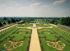 Londres, Hampton Court Palace. The Privy Garden. Modelo básico de jardín occidental: eras dispuestas en forma de cruz con una fuente central. Modelo de los Cuatro Cuadros.
