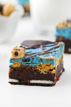 Cookie Monster Brownies are everything you love in one dessert. Brownies and cookies unite! Kid Desserts, Christmas Desserts, Chocolate Desserts, Delicious Desserts, Best Brownie Recipe, Brownie Recipes, Cookie Recipes, Cookie Ideas, Dessert Recipes