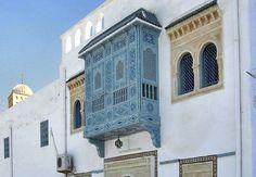 Moucharabieh (architecture arabe). - Mot venu de l'arabe machrabya et désignant une sorte de balcon, placé en encorbellement et le plus souvent grillagé, disposé au-dessus de l'entrée des maisons. Au Moyen âge, les moucharabiehs, conçus en vue de la défense, avaient leur plancher inférieur percé de mâchicoulis.