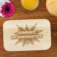 Wer Heldentaten tun will, der braucht eine gute Grundlage. Ideal dafür ist unser Frühstücksbrett mit Gravur - Heldenfrühstück - mit Namen graviert.