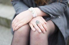 Weißes Wickelarmband aus echtem Leder! Ein wunderschönes Accessoire - nicht nur zum Grey-Layering-Outfit. #amyzoey.de #jewelry #grey #leatherbracelet