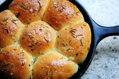 Rosemary Rolls Pioneer Woman's Buttered Rosemary Rolls baked in a skillet -- perfect to pair with savory fall meals!Pioneer Woman's Buttered Rosemary Rolls baked in a skillet -- perfect to pair with savory fall meals! Iron Skillet Recipes, Cast Iron Recipes, Think Food, I Love Food, Great Recipes, Favorite Recipes, Easy Recipes, Cast Iron Cooking, Bread Baking