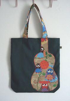 Green tote bag with cute owl print appliqué ukulele por IvyArch