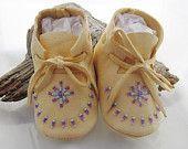 Amérindien perlé bébé mocassins et chaussures à semelle souple fait de cuir souple de cacher des cerfs