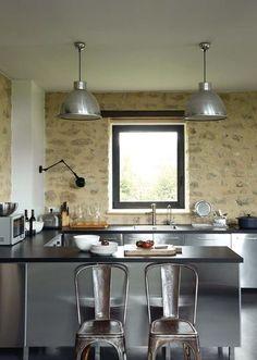 Dans la cuisine, l'Inox prend ses aises - Style industriel pour maison en pierre - CôtéMaison.fr