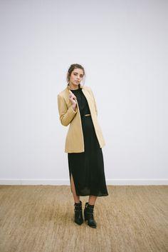 LOOK 1 -  catalogo -casaco de lã caramelo com detalhes em couro   - vestido midi, drapeado
