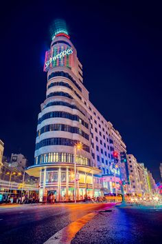 We are in Saturday night mode here in Madrid. In the picture you see the Gran Vía, the main avenue that is full of color, life, shops and bars. We want to make our Gran Vía yours, come and have fun in the city 😘 . Countries Around The World, Around The Worlds, Psg, Visit Madrid, Spain Travel Guide, Foto Madrid, Best Flights, Famous Places, Tour Operator