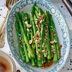 Sparris med brynt smör och nötter Asparagus, Food And Drink, Low Carb, Vegan, Vegetables, Becca, Shapes, Eten, Low Carb Recipes