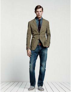 Este total denim con la blazer en verde militar mola. ¿Y las zapatillas? No le pegan mucho al conjunto, pero son chulas.
