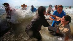 Mujeres israelíes llevan a palestinas a la playa   Disenso
